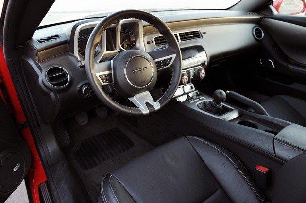 Confira o novo chevrolet camaro 2013sala vip online for Interior 86 camaro
